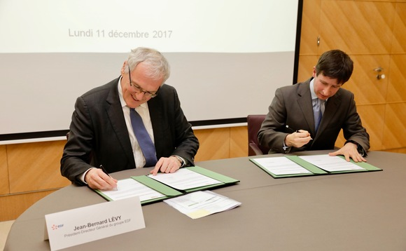 EDF CEO Jean-Bernard Lévy (L) signs the EV100 pledge with Mike Peirce from The Climate Group | Credit: The Climate Group