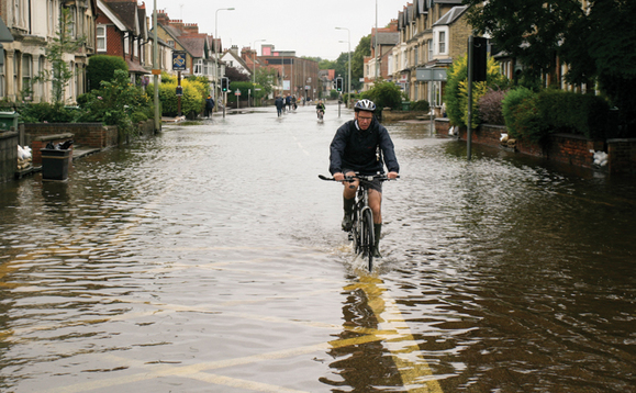 Cameron promises £100m for flooding clean-up as Labour attacks government response