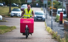 A volunteer delivers food via electric bike. Credit: Hubbub