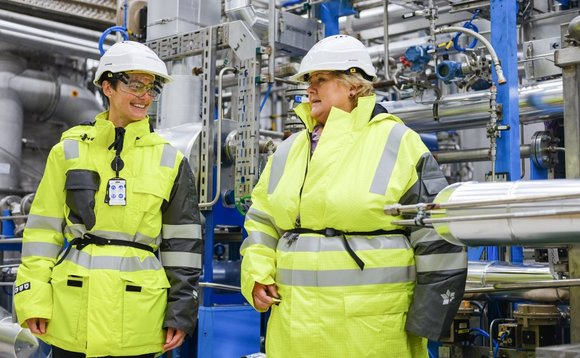 Prime minister Erna Solberg (right) and Sophie Hildebrand, Chief Technology Officer in Equinor / Photo: Ole Jørgen Bratland